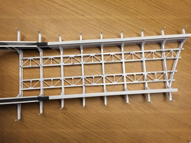 De kleine verbanden oftewel schoren onder de rails.